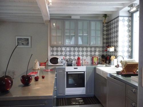 A kitchen or kitchenette at Autrefois chez Lina