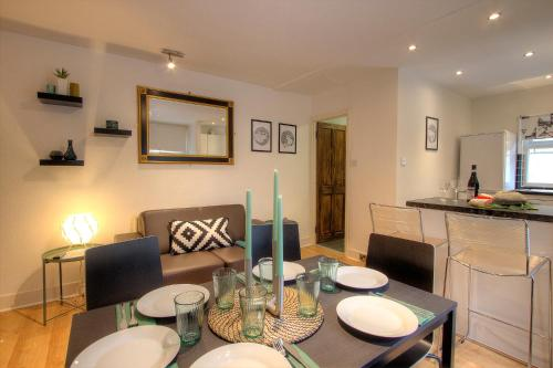 A restaurant or other place to eat at Queens Park Private 2 Bedroom Apartment