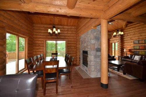 A restaurant or other place to eat at Chalet Grand Manitou