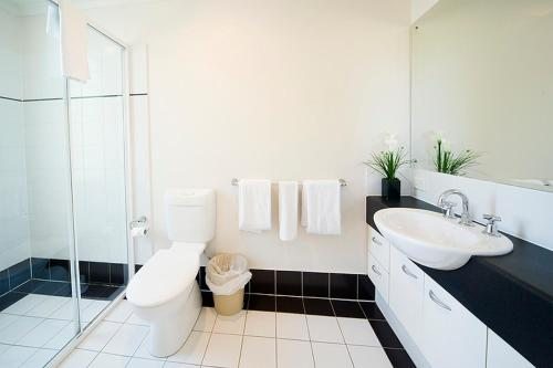 A bathroom at RNR Serviced Apartments Adelaide - Wakefield St