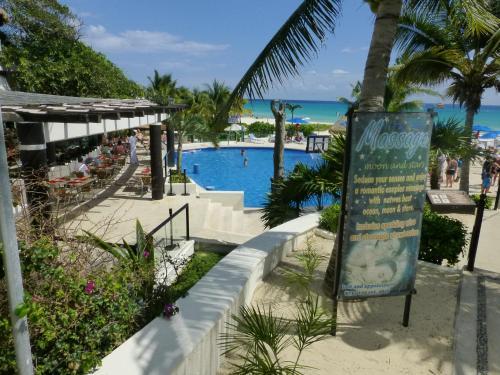 Vista sulla piscina di Great Exclusive Suite at Playacar o su una piscina nei dintorni