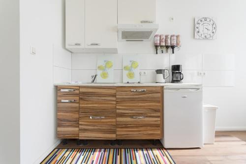 A kitchen or kitchenette at Studio Apartment Niemetzstr 51