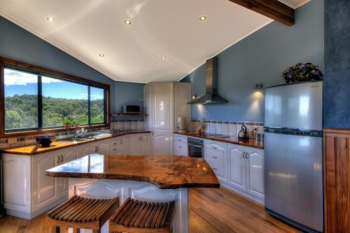 A kitchen or kitchenette at Mayakitana ~ Overlooking the golf course