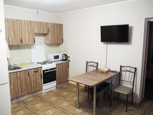 A kitchen or kitchenette at Apartments on Dobrolubova №1