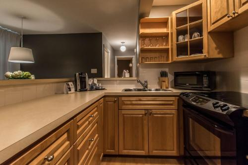 A kitchen or kitchenette at Lester Lofts by Bower Hotels & Suites