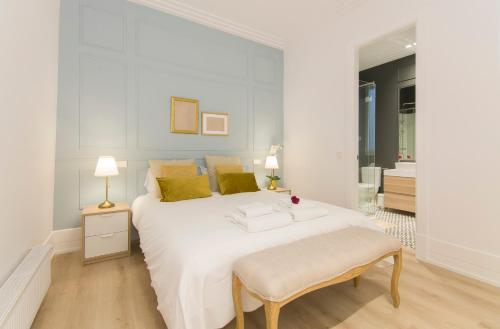 A bed or beds in a room at Luxury Alonso Martinez Madrid