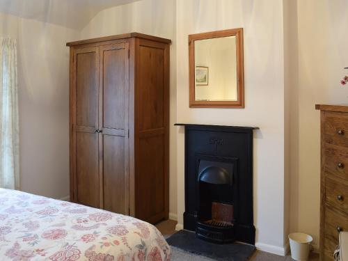 A bed or beds in a room at Catbells Cottage (Braithwaite)