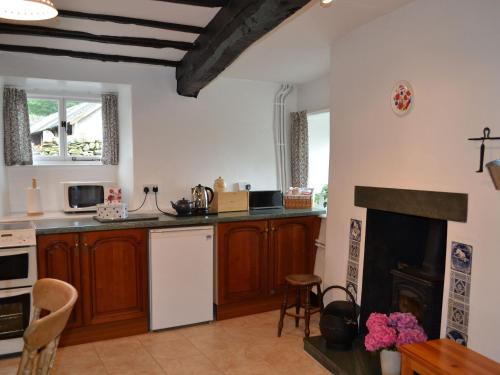 A kitchen or kitchenette at 2 Town Head Cottages