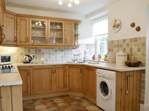 A kitchen or kitchenette at ROUNDHILL COTTAGES 1