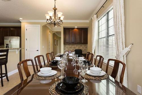 Restaurant ou autre lieu de restauration dans l'établissement 1041 Reunion Resort 5 Bedroom Villa