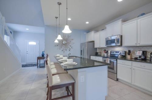 Cuisine ou kitchenette dans l'établissement 8889 Windsor At Westside 7 Bedroom Villa