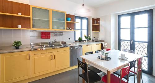 A kitchen or kitchenette at Hintown's Brera Design District