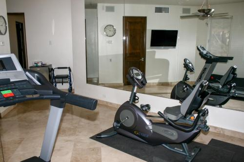 The fitness center and/or fitness facilities at Villa del Mar