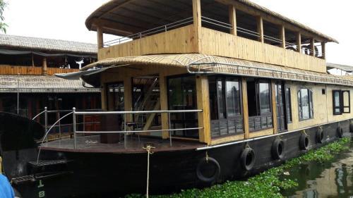 Green Heaven House Boat 4