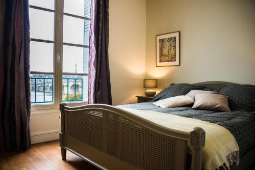 A bed or beds in a room at Les lumières de la Loire