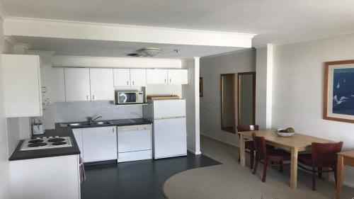 A kitchen or kitchenette at Apartment Pyrmont St Darling Harbour GO942