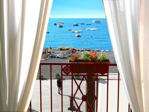 Vista generica sul mare o vista sul mare dall'interno dell'appartamento