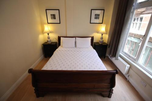 A bed or beds in a room at 2 Bedroom King Edwards