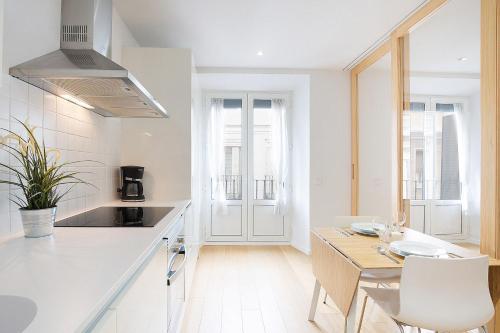 A kitchen or kitchenette at Apartamentos San Lorenzo 26