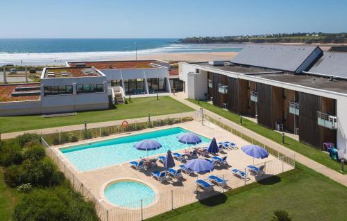 Ein Blick auf den Pool von der Unterkunft Résidence Prestige Odalys Fleur de Sel oder aus der Nähe