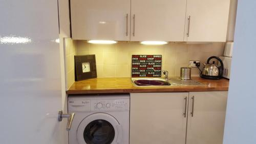 A kitchen or kitchenette at Whole refurbished traditional flat