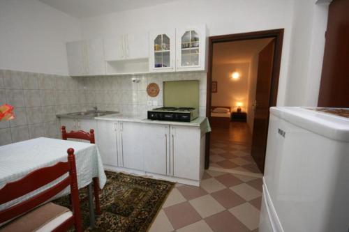 A kitchen or kitchenette at Apartment Podaca 6736b