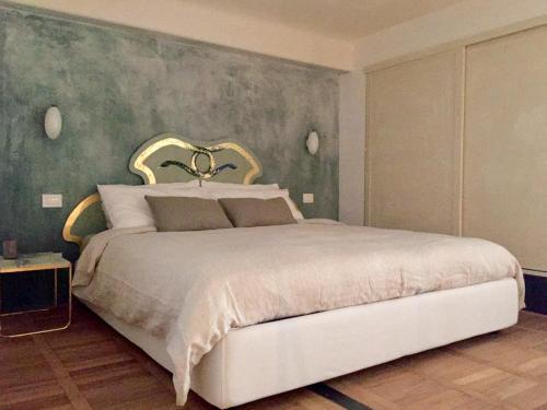 A bed or beds in a room at 108 eclettico loft zona corso Como milano