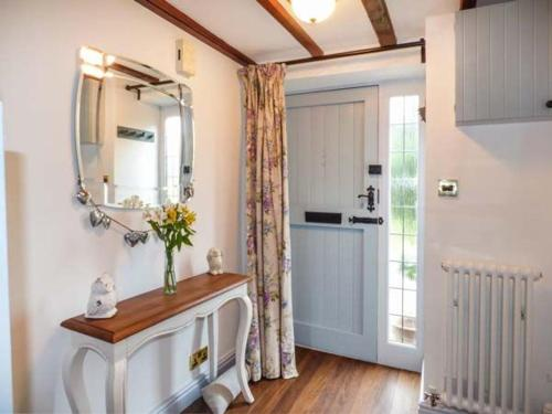 A bathroom at Broadway Cottage