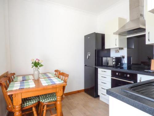 A kitchen or kitchenette at Linhay Cottage