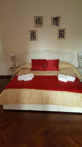 """A bed or beds in a room at Residenze del Podestà """"Due Torri Suite"""""""