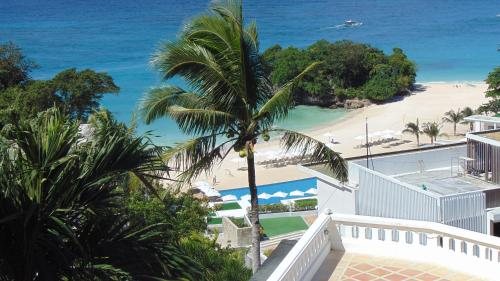 A view of the pool at Alargo Villa or nearby