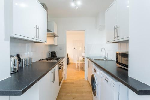 A kitchen or kitchenette at THE WOODLANDS BUNGALOW *1.5mi from Seafront*