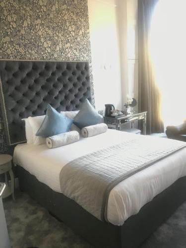 Ein Bett oder Betten in einem Zimmer der Unterkunft Clifton House