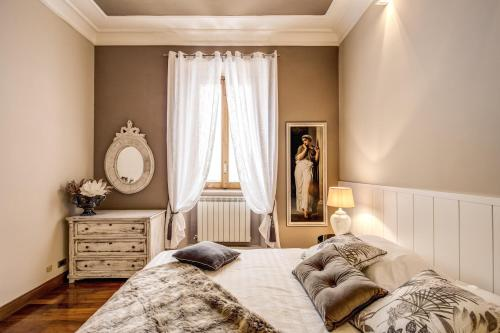 A bed or beds in a room at Spanish Steps Miracle Suite