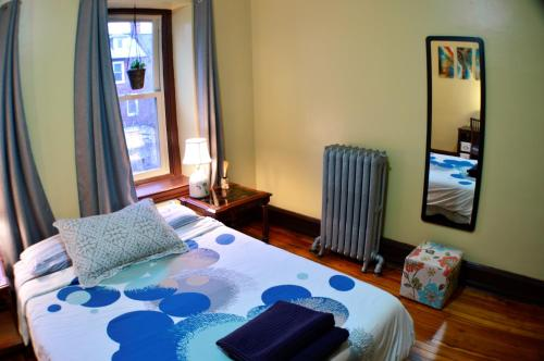 A bed or beds in a room at Adorable Apartment in University City