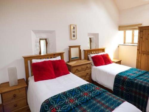 A bed or beds in a room at Y Beudy, Blaenau Ffestiniog