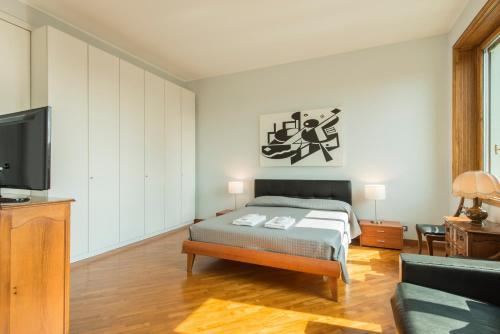 A bed or beds in a room at Duomo Apartment - Galleria Unione