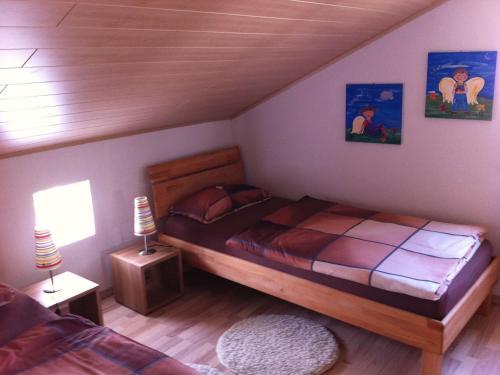 Ein Bett oder Betten in einem Zimmer der Unterkunft Ferienwohnung Beni