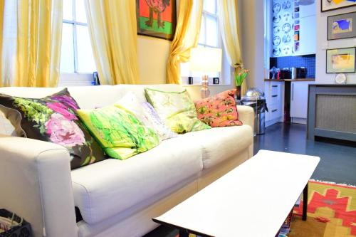 A seating area at 2 Bedroom Apartment in islington sleeps 5