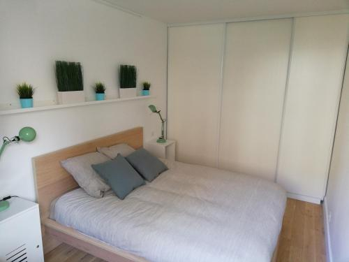 A bed or beds in a room at Cosy Apartment Anatole Vitry