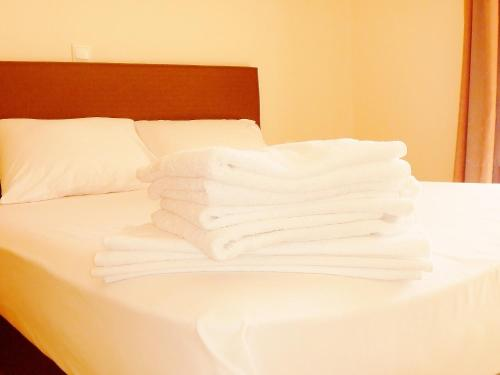 Een bed of bedden in een kamer bij Dionysos