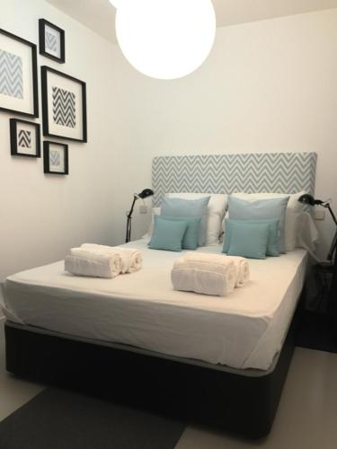 A bed or beds in a room at Exclusivo Piso Latina Lavapies