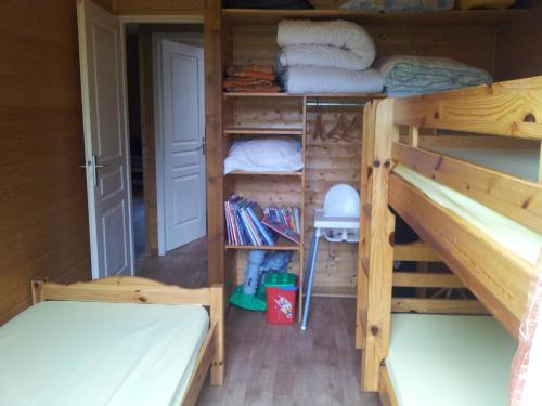 Un ou plusieurs lits superposés dans un hébergement de l'établissement Chalets les Silènes