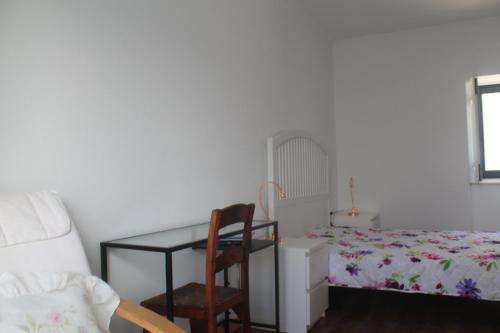 A bed or beds in a room at Casa do Juncal
