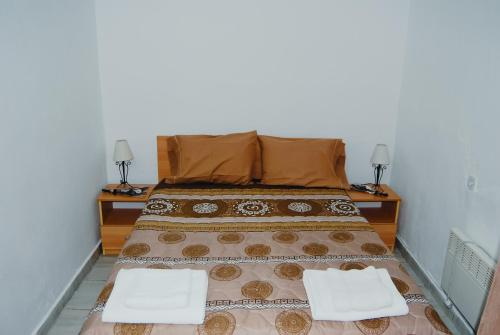 A bed or beds in a room at Cosy Studio Down Town