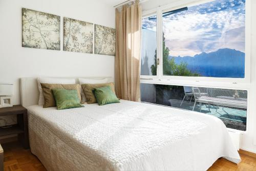 A bed or beds in a room at Beautiful Studio Lake View and Castle