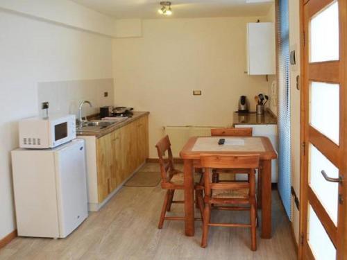 A kitchen or kitchenette at Apart Hotel Quillango