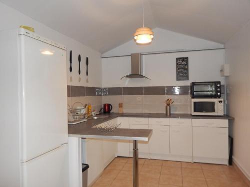 Cuisine ou kitchenette dans l'établissement Au petit chalet Normand