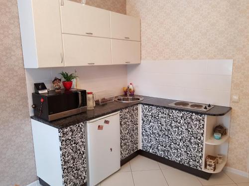 """Кухня или мини-кухня в Апартаменты """"Гранд"""" с видом на парк"""
