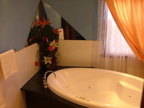 Uma casa de banho em Apartments Down Town